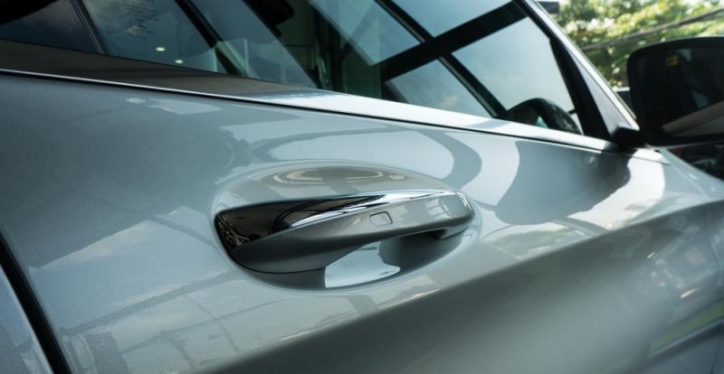 Đánh giá xe Mercedes-Benz C300 AMG 2016 có cảm ứng mở cửa bằng vân tay hiện đại.
