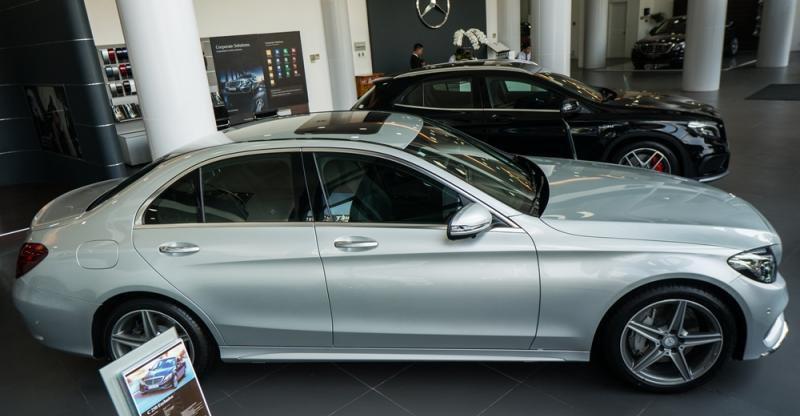 Đánh giá xe Mercedes-Benz C300 AMG 2016 có thân xe cứng cáp với đường gân nổi bật.