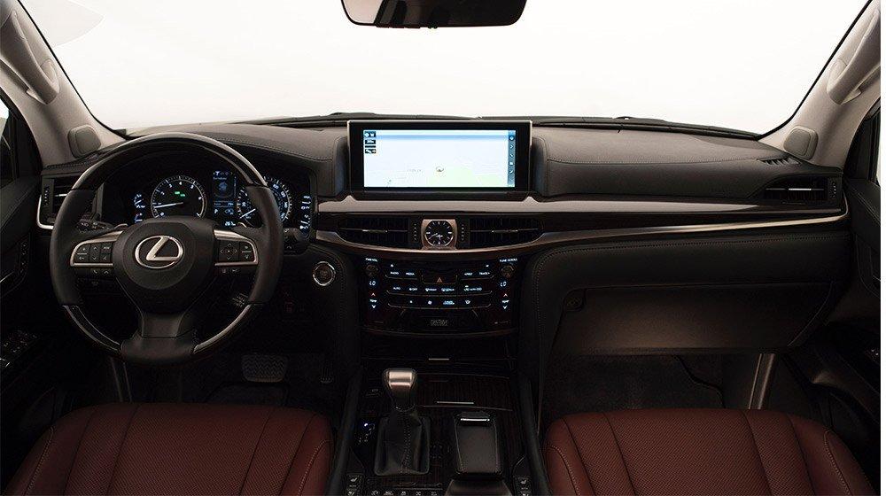 Bảng Tablo của Lexus LX 570 2016 được thiết kế với những đường nét mạnh mẽ.