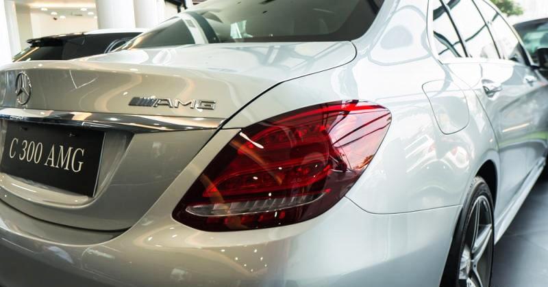 Đánh giá xe Mercedes-Benz C300 AMG 2016 có đền hậu LED hình viên ruby đỏ rất đẹp.