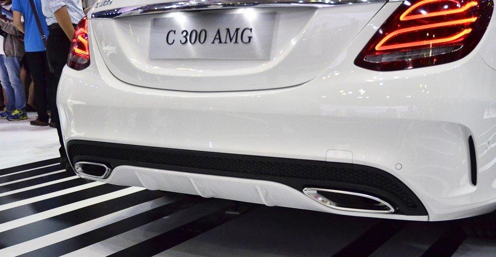 Đánh giá xe Mercedes-Benz C300 AMG 2016 có cụm 2 ống xả bản lớn, cản trước rất mạnh mẽ.