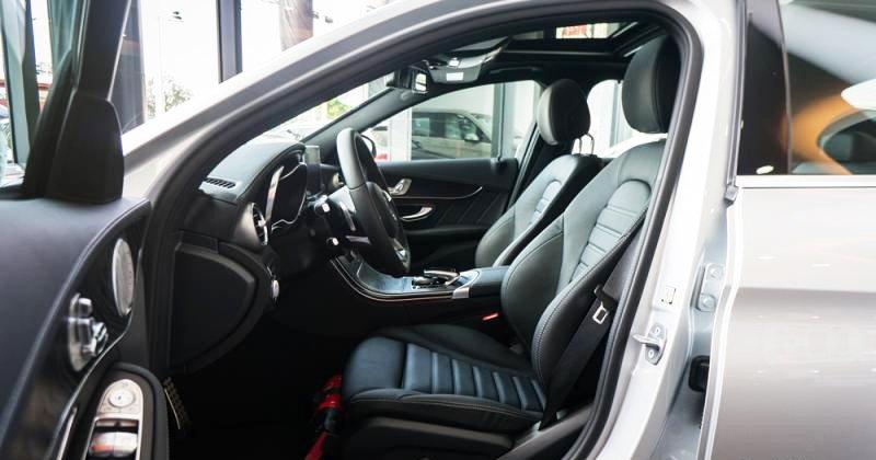 Đánh giá xe Mercedes-Benz C300 AMG 2016 có ghế trước thể thao cong lưng ôm lấy thân.