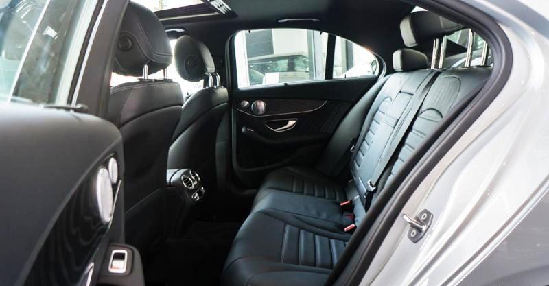 Đánh giá xe Mercedes-Benz C300 AMG 2016 có ghế sau rộng rãi thoải mái cho 3 người ngồi.
