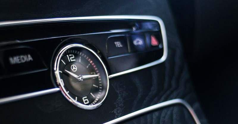Đánh giá xe Mercedes-Benz C300 AMG 2016 có đồng hồ thời gian analogue đặc trưng.