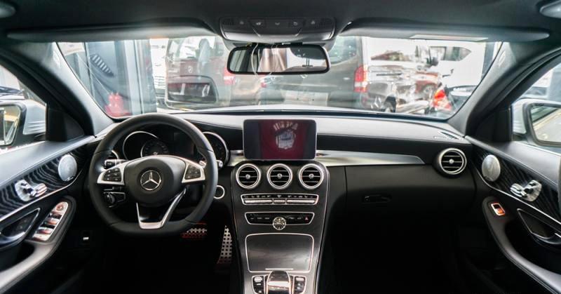 Đánh giá xe Mercedes-Benz C300 AMG 2016 có nội thất với tông màu đen quý phái.