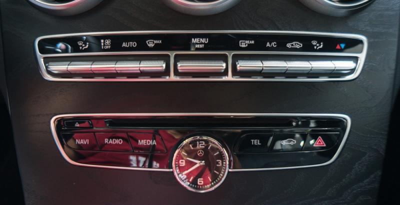 Đánh giá xe Mercedes-Benz C300 AMG 2016 có hệ thống điều khiển điều hòa, giải trí trên xe.