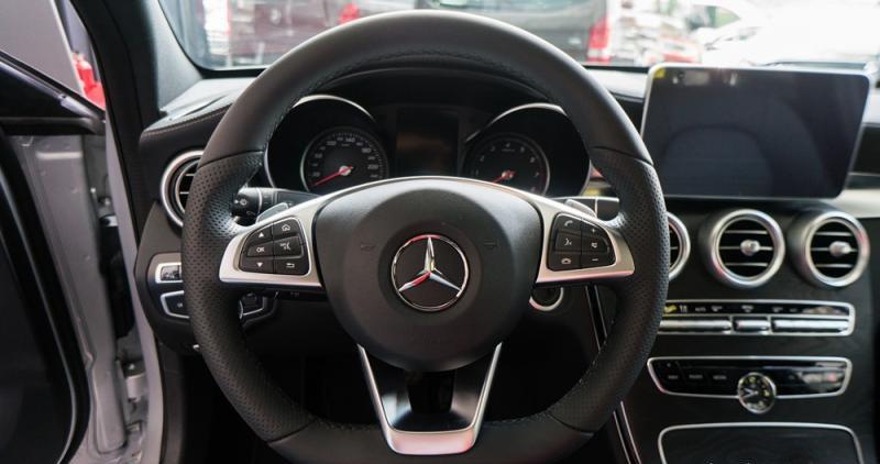 Đánh giá xe Mercedes-Benz C300 AMG 2016 có vô lăng 3 chấu thể thao.