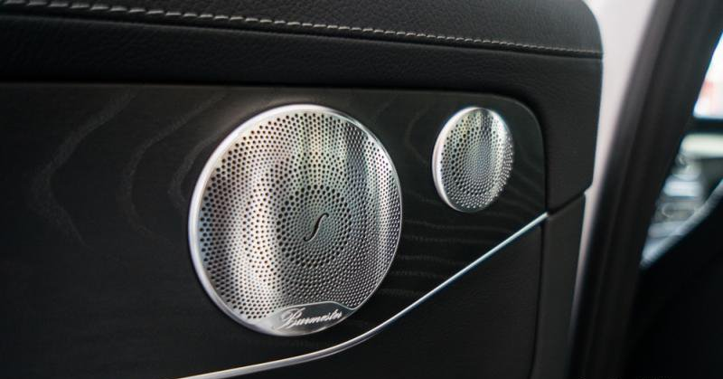 Đánh giá xe Mercedes-Benz C300 AMG 2016 có 13 loa Burmester công suất 590 watt.