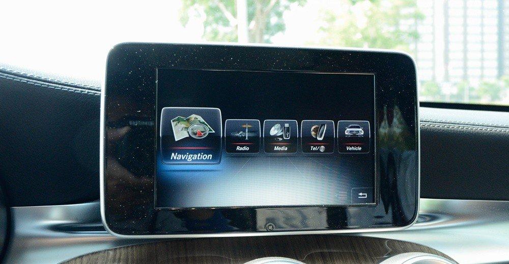 Đánh giá xe Mercedes-Benz C300 AMG 2016 có màn hình cảm ứng 8,4 inch.