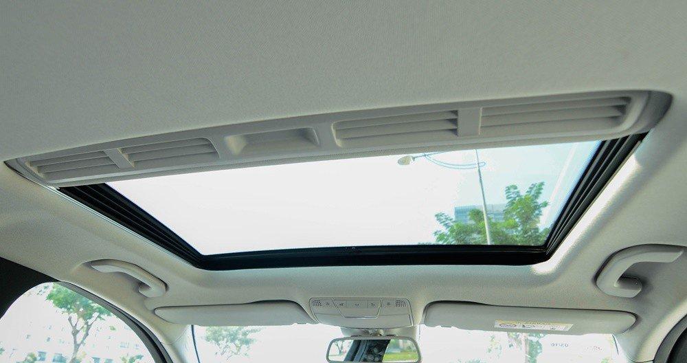 Đánh giá xe Mercedes-Benz C300 AMG 2016 có cửa sổ trời rộng rãi.