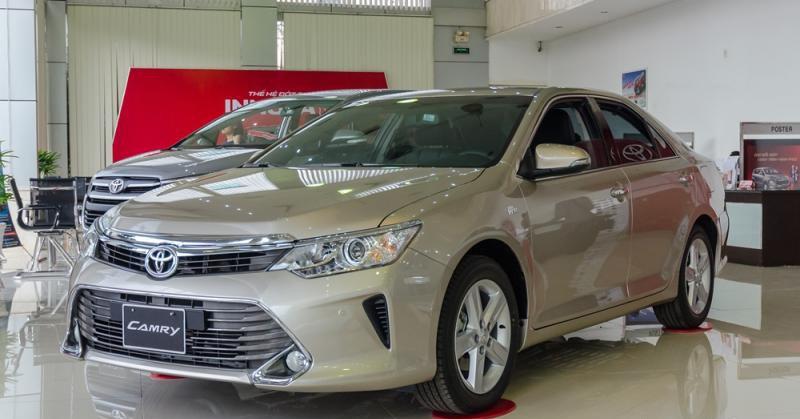 Đánh giá xe Toyota Camry 2016 có lưới tản nhiệt hình thang ngược với viền mạ crom.