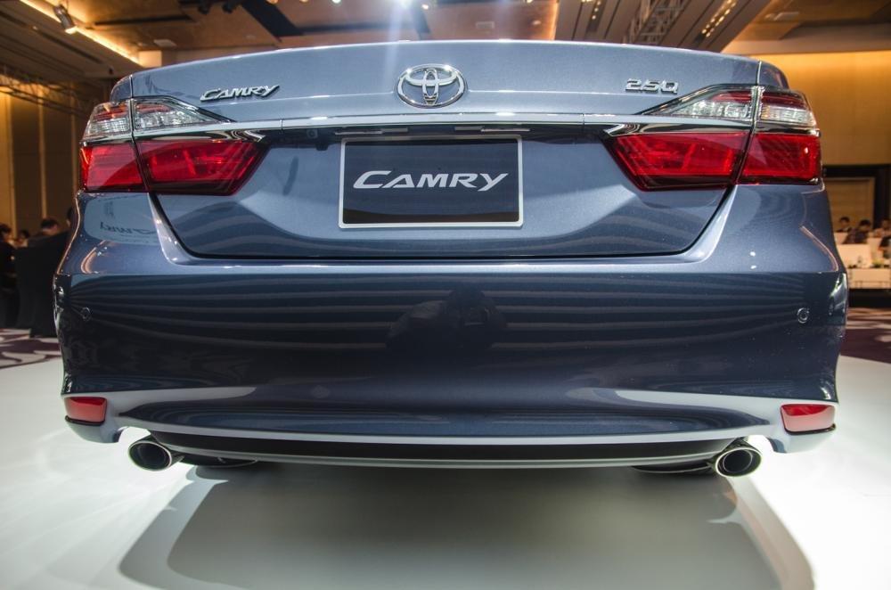 Đánh giá xe Toyota Camry 2016 có đuôi ấn tượng, tay nắm cửa cốp mạ crom kéo dài.