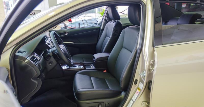 Đánh giá xe Toyota Camry 2016 có hàng ghế trước dạng ôm thể thao.