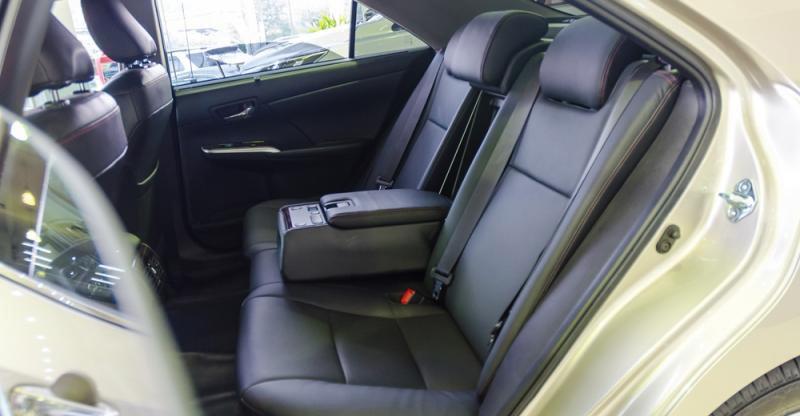Đánh giá xe Toyota Camry 2016 có hàng ghế sau rộng rãi thênh thang với 3 chỗ ngồi.