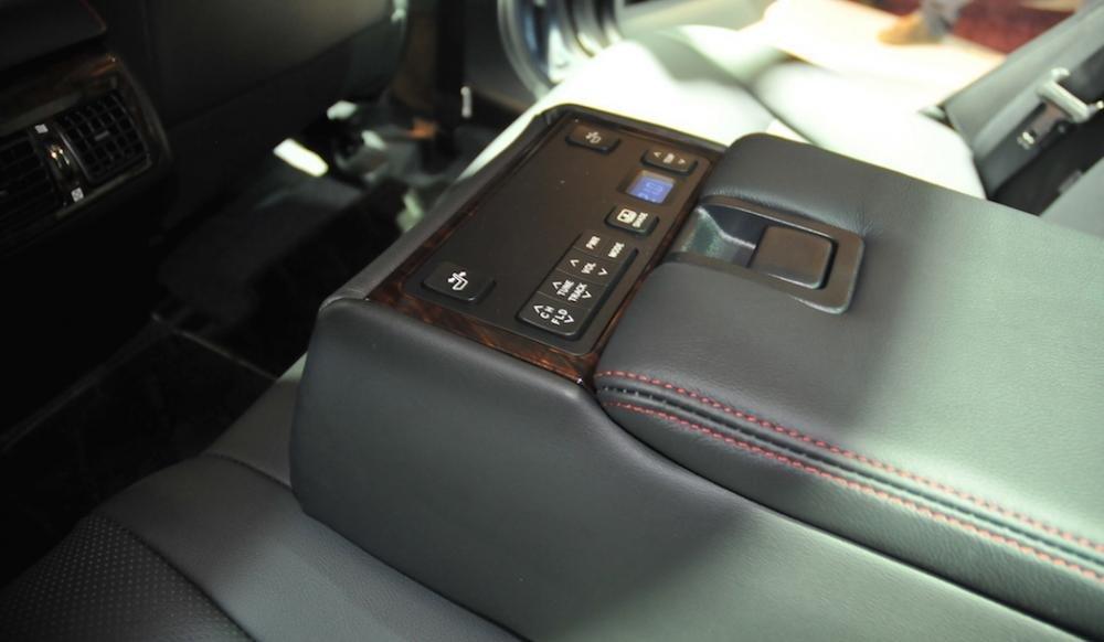 Đánh giá xe Toyota Camry 2016 có tựa tay hàng ghế sau tích hợp các phím điều chỉnh thông minh.