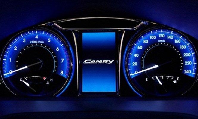 Đánh giá xe Toyota Camry 2016 có cụm đồng hồ lái với đèn LED xanh dương dịu mắt