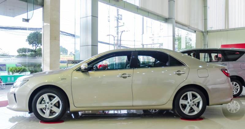 Đánh giá xe Toyota Camry 2016 có thân xe thiết kế đơn giản, lịch lãm.