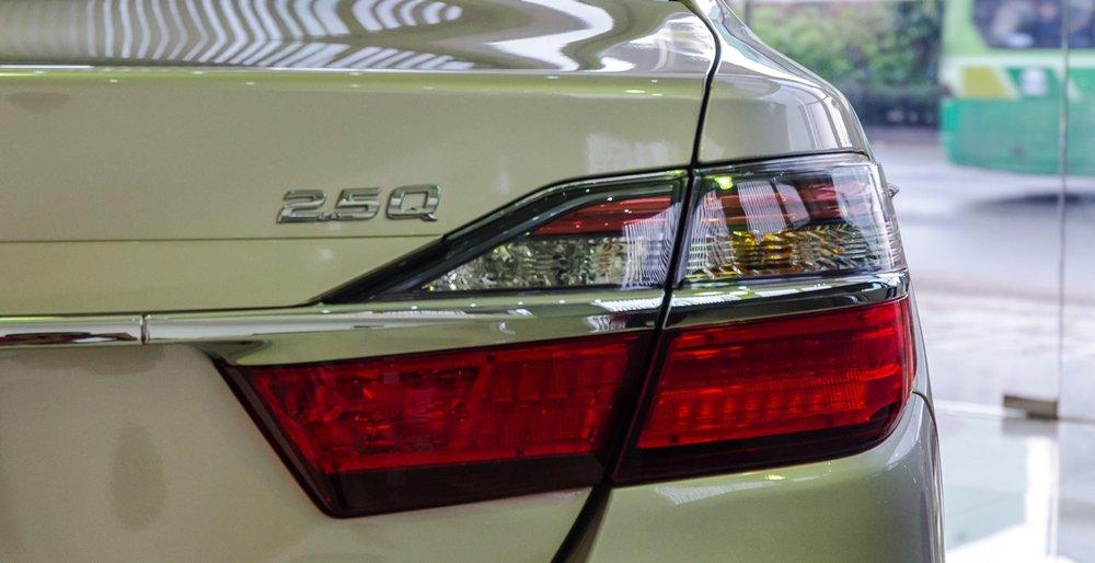 Đánh giá xe Toyota Camry 2016 có đèn hậu LED to và chưa đẹp.
