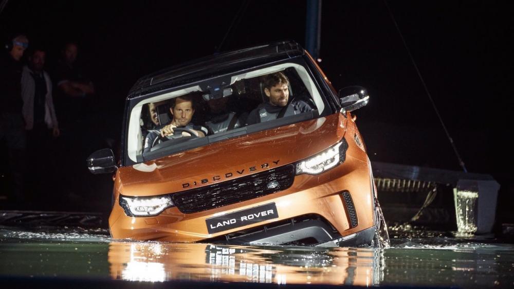 Xem màn ra mắt vô cùng ấn tượng của Land Rover Discovery 2017 tại Paris a37