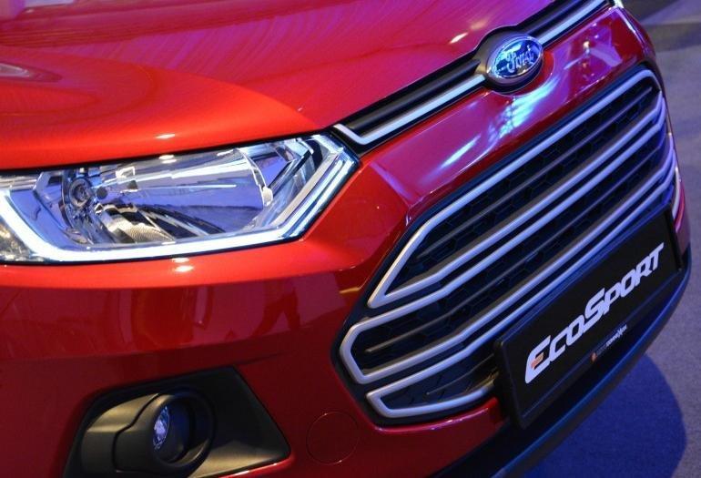 Đánh giá xe Ford Ecosport 2016 có lưới tản nhiệt lục giác với các nan lớn mạ crom.