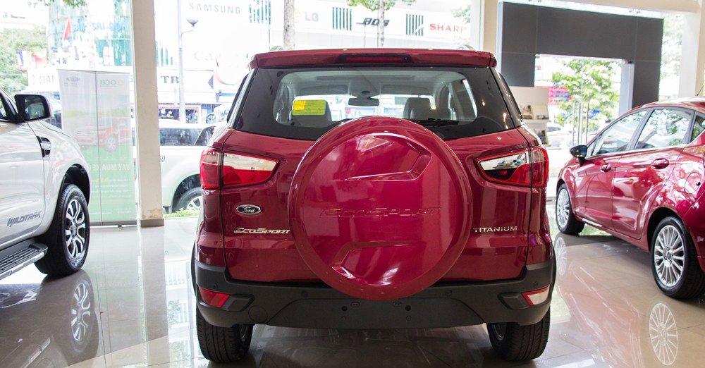 Đánh giá xe Ford Ecosport 2016 có đuôi xe hầm hồ, góc cạnh.