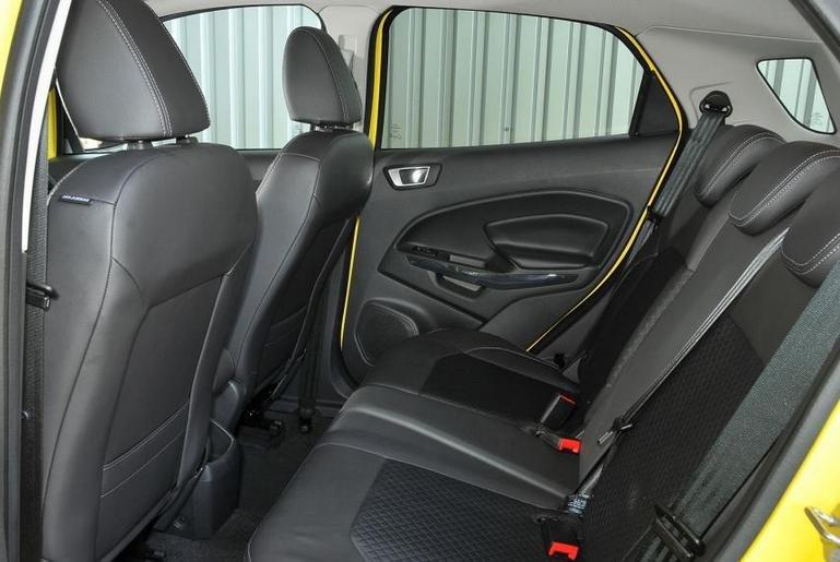 Đánh giá xe Ford Ecosport 2016 có hàng ghế sau đủ chỗ cho 3 người với chỗ duỗi chân dễ chịu.