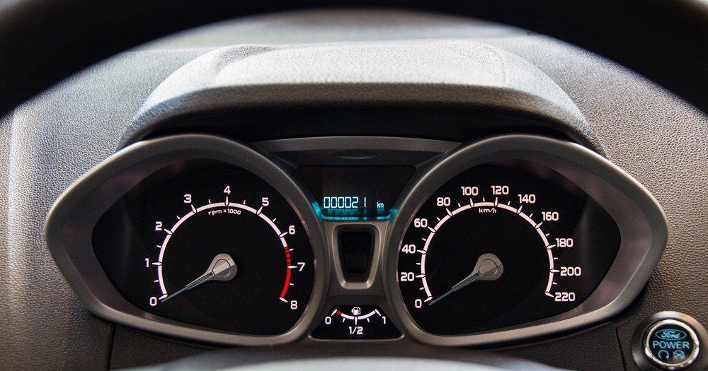 Đánh giá xe Ford Ecosport 2016 có cụm đồng hồ lái to thiết kế gần giống tai chuột Mickey.