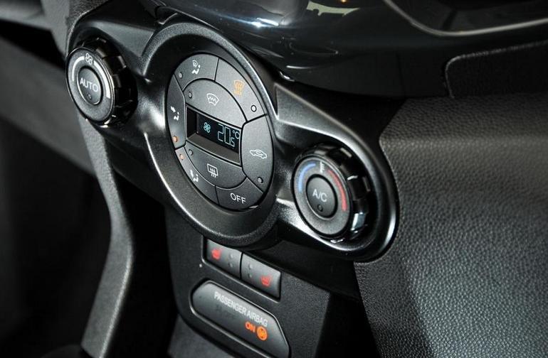 Đánh giá xe Ford Ecosport 2016 có điều hòa tự động được làm lạnh khá nhanh.
