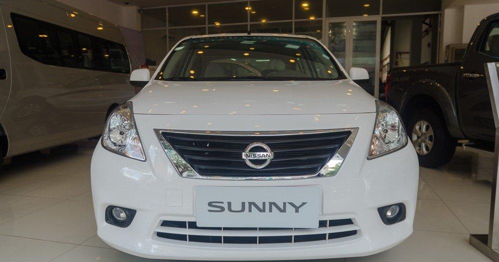 Đánh giá xe Nissan Sunny 2016 có đầu xe với lưới tản nhiệt lớn viền mạ crom.