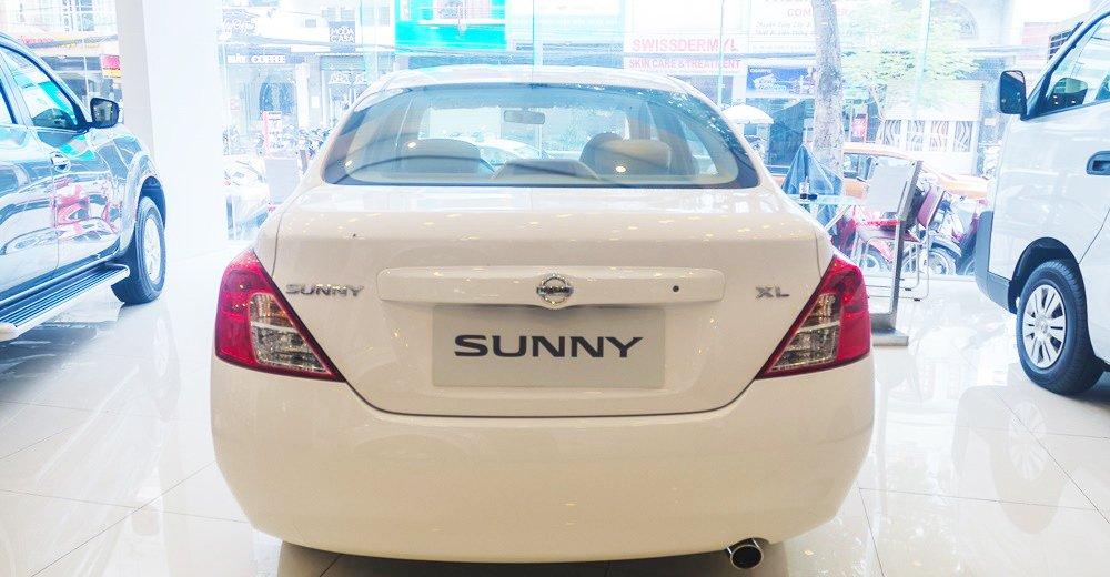 Đánh giá xe Nissan Sunny 2016 có đuôi xe mềm mại, đơn giản.
