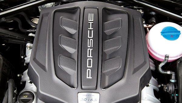 Porsche Macan sở hữu khả năng vận hành bốc và đỉnh cao còn Range Rover Evoque lại tiết kiệm và đủ dùng.