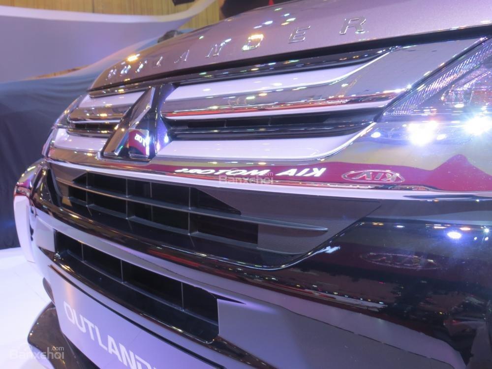 Đánh giá xe Mitsubishi Outlander 2017 có lưới tản nhiệt và viền xung quanh đều được mạ crom.