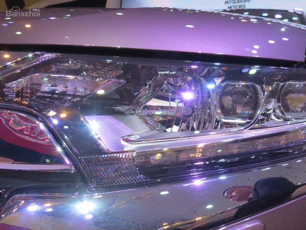 Đánh giá xe Mitsubishi Outlander 2017 có đèn pha lớn với 2 bóng pha, cos dạng LED.