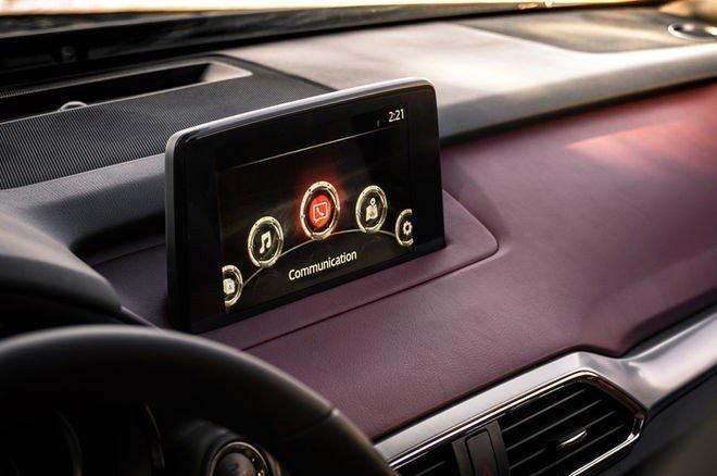 Mazda CX-9 2016 được trang bị màn hình cảm ứng kích cỡ lớn, cho khả năng tương tác tốt.