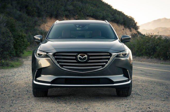 Đánh giá xe Mazda CX-9 2016: Đầu xe nổi bật với lưới tản nhiệt mở rộng, mạ crom sáng bóng.