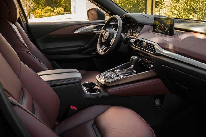 Đánh giá xe Mazda CX-9 2016: Hàng ghế trước được chỉnh điện và có không gian để chân rộng.