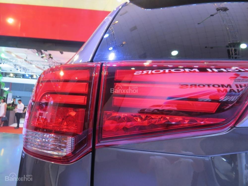 Đánh giá xe Mitsubishi Outlander 2017 có đèn hậu LED lớn, hơi lồi nhẹ.