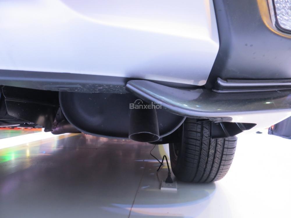 Đánh giá xe Mitsubishi Outlander 2017 có ống xả đơn khá thô phía dưới gầm xe.
