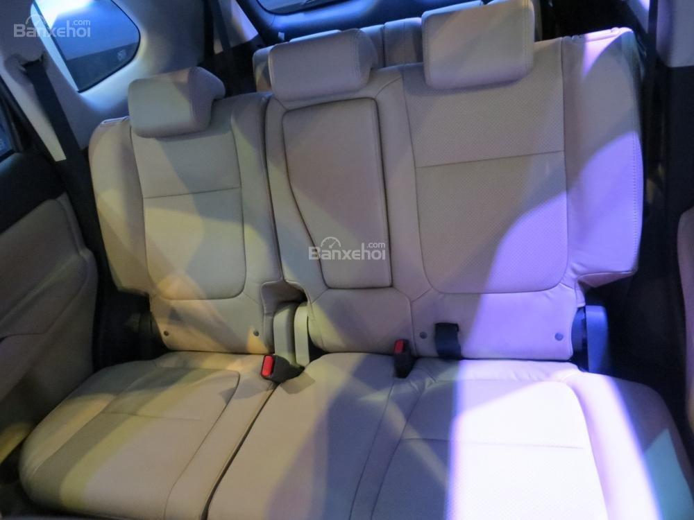 Đánh giá xe Mitsubishi Outlander 2017 có hàng ghế sau với 3 chỗ ngồi và 3 tựa đầu tiện nghi.