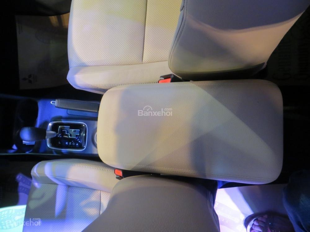 Đánh giá xe Mitsubishi Outlander 2017 có hộp tì tay hàng ghế trước lớn và êm.