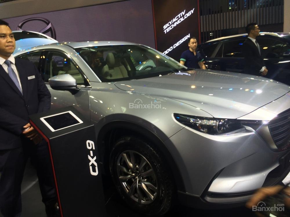 Đánh giá xe Mazda CX-9 2016: Cụm đèn pha được thiết kế liền mạch với lưới tản nhiệt.