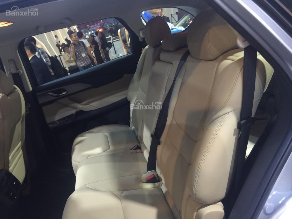 Đánh giá xe Mazda CX-9 2016: Không gian để chân của hàng ghế thứ 2 tương đối rộng rãi.