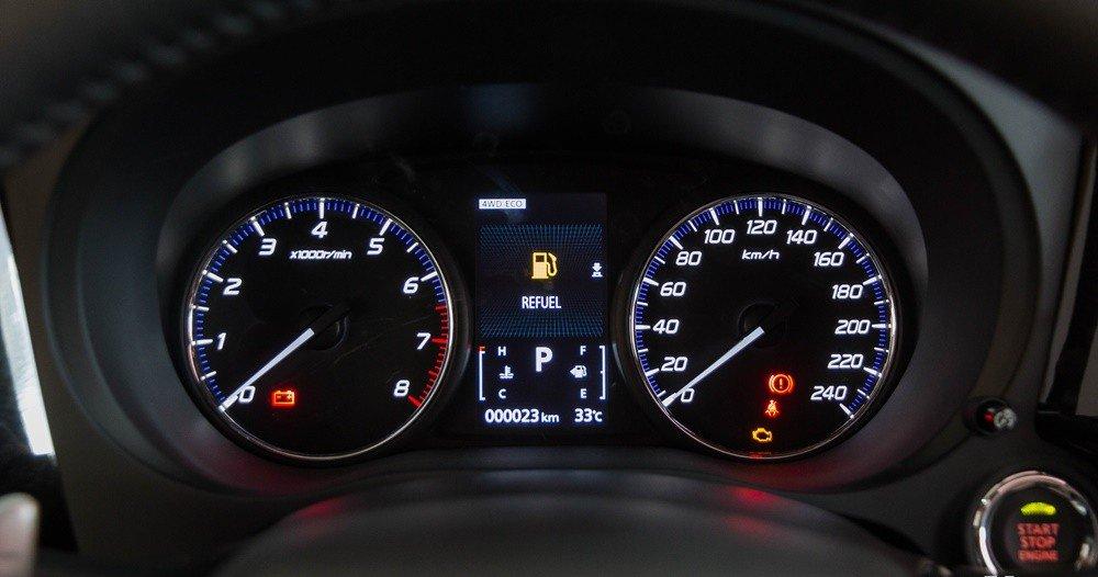 So sánh xe Nissan X-Trail và Mitsubishi Outlander Sport về đồng hồ lái 3