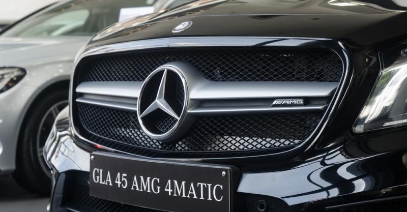 Đánh giá xe Mercedes-Benz GLA-Class 2016 có lưới tản nhiệt lớn làm bằng kim loại.