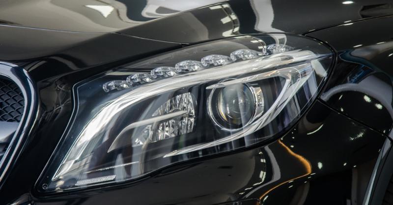 Đánh giá xe Mercedes-Benz GLA-Class 2016 có đèn pha Xenon với đèn LED ban ngày bao quanh.