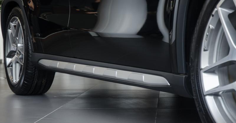 Đánh giá xe Mercedes-Benz GLA-Class 2016 có thanh ốp mạ bạc khu vực bậc lên xuống xe.