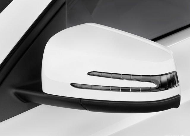 Đánh giá xe Mercedes-Benz GLA-Class 2016 có cặp gương chiếu hậu ngoài với LED xi nhan lưỡi rắn.