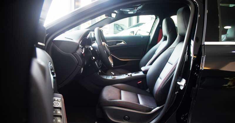 Đánh giá xe Mercedes-Benz GLA-Class 2016 có hàng ghế trước thể thao, chỉnh điện đa năng.