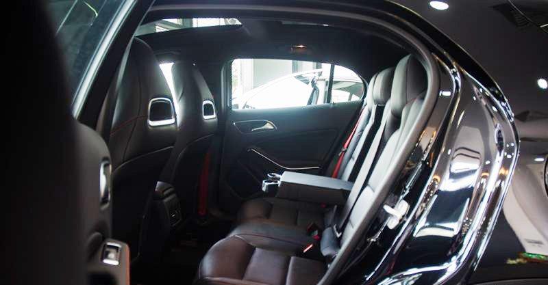 Đánh giá xe Mercedes-Benz GLA-Class 2016 có hàng ghế sau với 3 tựa đầu và bệ tì tay tiện dụng.