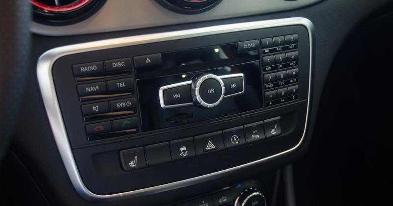 Đánh giá xe Mercedes-Benz GLA-Class 2016 có loạt phím điều khiển trung tâm và gọi thoại tiện nghi.